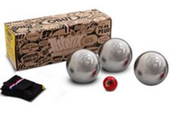 Kit prêt à pétanquer : 1 jeu de 3 boules Obélix, un but Astérix, une housse de rangement.